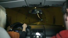 Paaraandrijving door de tunnel stock video