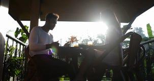 Paarbespreking die Ontbijt bij van de de Zomerterras, Man en Vrouw de Mededeling eten terwijl in openlucht binnen het Genieten va stock video