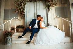 Paarbruidegom en bruid tegen de achtergrondstudio Royalty-vrije Stock Afbeelding