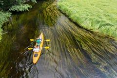 Paarcanoeing kleine langzame rivier in Polen stock fotografie
