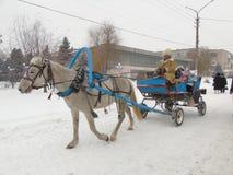 Paard aan de kar wordt uitgerust die Royalty-vrije Stock Afbeeldingen
