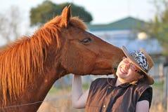 Paard & vrij jonge dame die kussen & lach delen Royalty-vrije Stock Foto's