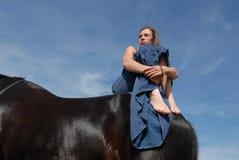 Paard en droevige tiener Stock Afbeelding