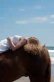 Paard en meisje bij strand Royalty-vrije Stock Foto
