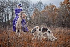 Paard-jaagt met dames in het berijden gewoonte Royalty-vrije Stock Afbeelding