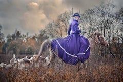Paard-jaagt met dames in het berijden gewoonte Stock Foto