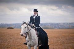 Paard-jaagt met dames in het berijden gewoonte Stock Afbeeldingen