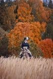 Paard-jaagt met ruiters in het berijden gewoonte Stock Foto