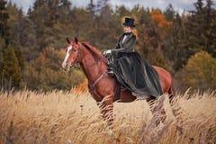 Paard-jaagt met ruiters in het berijden gewoonte Royalty-vrije Stock Foto