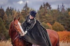 Paard-jaagt met ruiters in het berijden gewoonte Stock Fotografie