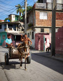 Paard in kar door de straat in Santiago de Cuba royalty-vrije stock afbeeldingen