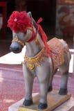 Paard met rood lint Stock Foto