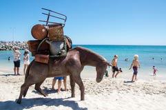 Paard met Zware Lading: Beeldhouwwerken door het Overzees Royalty-vrije Stock Foto's