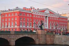 Paard tammer en Literair huis op Nevsky-Weg bij Fontanka-Rivier in Heilige Petersburg, Rusland royalty-vrije stock afbeeldingen