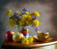Paardebloemen met appelen Royalty-vrije Stock Foto's