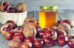 Paardekastanje en honing op een houten lijst Royalty-vrije Stock Afbeeldingen