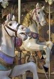 Paarden op kermisterreincarrousel stock afbeelding