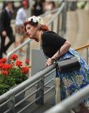 Paardenrennen, de dag van Dames bij Halsdoek Stock Fotografie