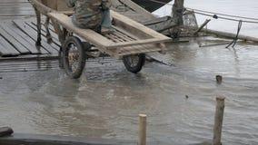 Paardkar, vloed bij houten pijler, overstroomde rivier, stock footage