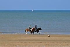 Paardrijden bij het strand Royalty-vrije Stock Afbeelding