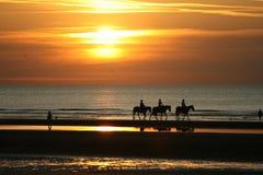 Paardrijden in de zonsondergang Royalty-vrije Stock Fotografie