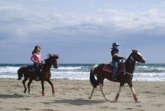 Paardrijden op het strand Royalty-vrije Stock Afbeelding
