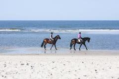 Paardrijden op het Strand, redactie Royalty-vrije Stock Foto