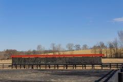 Paardrijdenring met lange bank van spiegels stock afbeeldingen