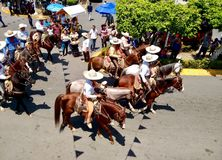 Paardruiters met typische charrokledij in Enrama DE San Isidro Labrador in Comalcalco-Tabascosaus Mexico royalty-vrije stock afbeeldingen