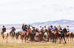 Paardspelen bij het Meer van Liedkul in Kyrgyzstan Stock Afbeelding