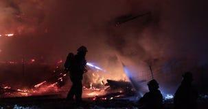 Paardstal op brand met heel wat rook stock videobeelden