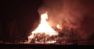 Paardstal op brand met opvlammende brand stock video