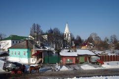 Paardvervoer op de achtergrond van het Kremlin in Suzdal Stock Afbeeldingen