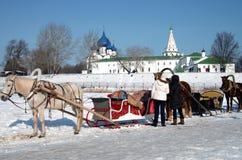 Paardvervoer op de achtergrond van het Kremlin in Suzdal Royalty-vrije Stock Foto's