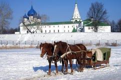 Paardvervoer op de achtergrond van het Kremlin in Suzdal Stock Afbeelding