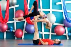 Paare übendes acro Yoga in einem Studio Acro-Yogakonzept Stockfoto