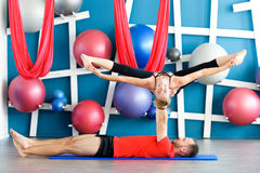 Paare übendes acro Yoga in einem Studio Acro-Yogakonzept Stockbilder