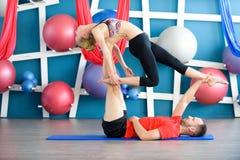 Paare übendes acro Yoga in einem Studio Acro-Yogakonzept Stockfotos