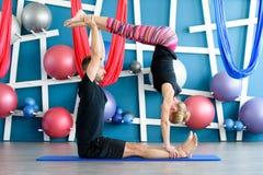 Paare übendes acro Yoga in einem Studio Acro-Yogakonzept Paaryogaklasse Lizenzfreies Stockfoto