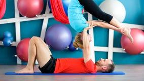 Paare übendes acro Yoga in einem Studio Acro-Yogakonzept Paaryogaklasse Stockfotografie