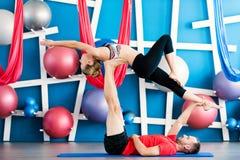Paare übendes acro Yoga in einem Studio Acro-Yogakonzept Paaryogaklasse Lizenzfreie Stockfotos
