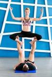 Paare übendes acro Yoga in einem Studio Acro-Yogakonzept Stockfotografie