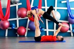 Paare übendes acro Yoga in einem Studio Acro-Yogakonzept Lizenzfreie Stockfotografie