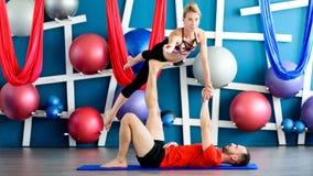 Paare übendes acro Yoga in einem Studio Acro-Yogakonzept Lizenzfreies Stockfoto