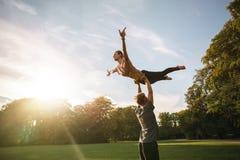 Paare übendes acroyoga am Park Lizenzfreies Stockbild