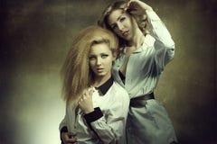 Paare arbeiten blonde Mädchen um Stockfotografie