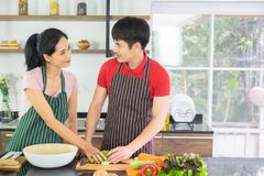 Paare asiatisch Sie beide betrachten jeder des anderen Augen Spaß in der Küche mit vollem des Bestandteiles auf Tabelle so zusamm lizenzfreies stockbild