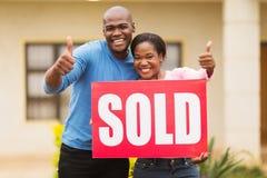 Paare außerhalb des Hauses Lizenzfreie Stockbilder