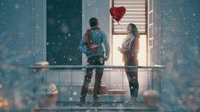 Paare auf Balkon am Valentinstag stock video