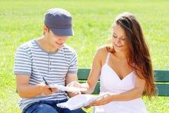 Paare auf Bank Stockfoto